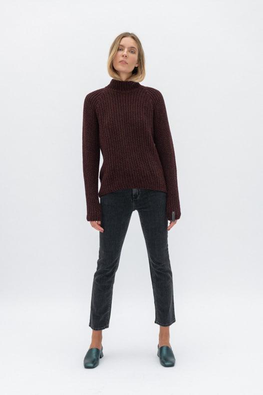 Minimalistinis merino vilnos megztinis aukštesniu kaklu/burgundinė