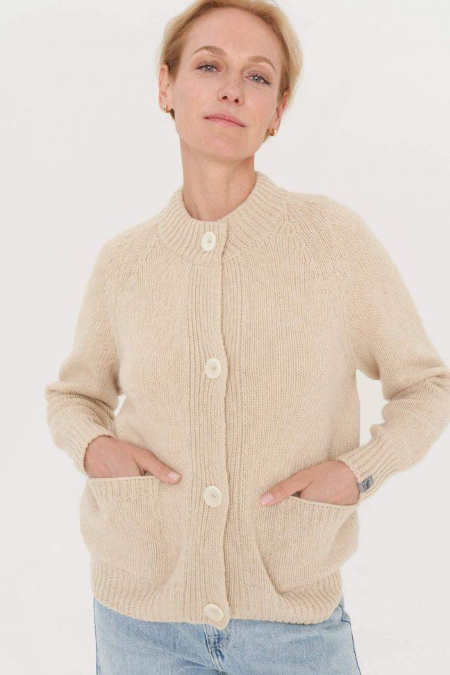 pastelinės spalvos vilnonis megztinis su sagomis