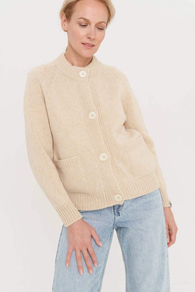 pastelinės spalvos vilnonis megztinis su kišenėmis