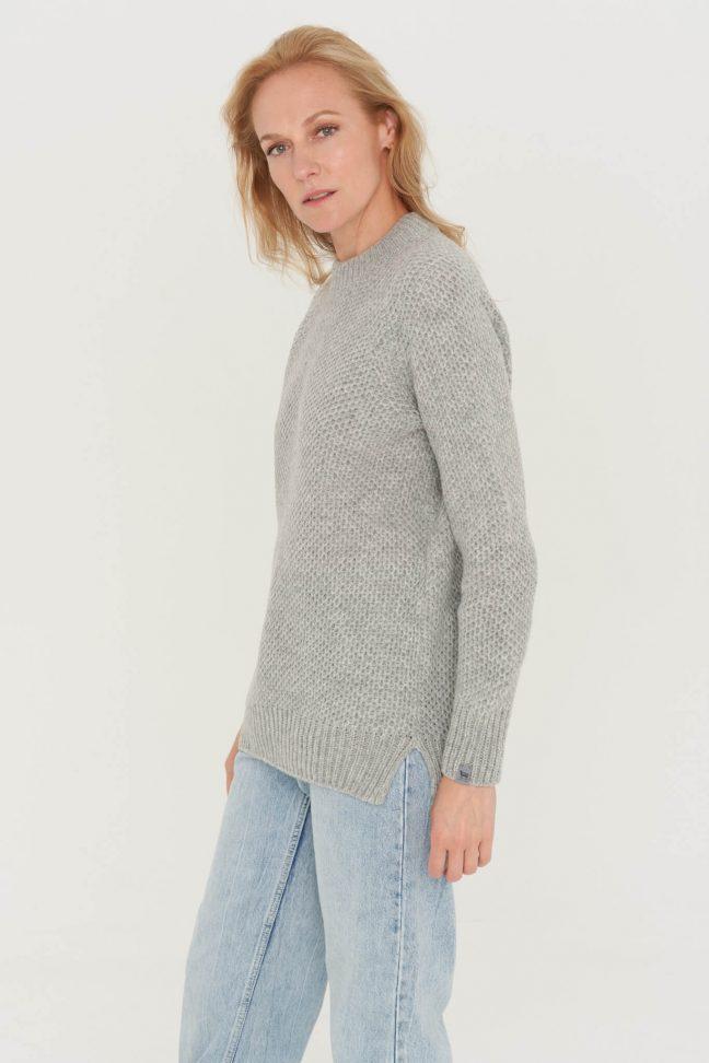 minimalistinis šviesiai pilkas megztinis koriuko raštu
