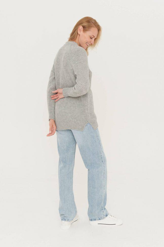 moteriškas vilnos šviesiai pilkas megztinis koriuko raštu