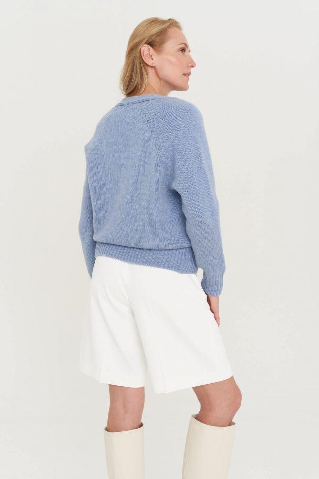 moteriškas megztinis su kišenėmis ir sagomis